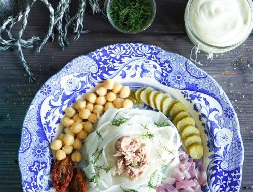 Sałatka z makaronem ryżowym, ciecierzycą i ogórkiem kiszonym z wegańskim majonezem