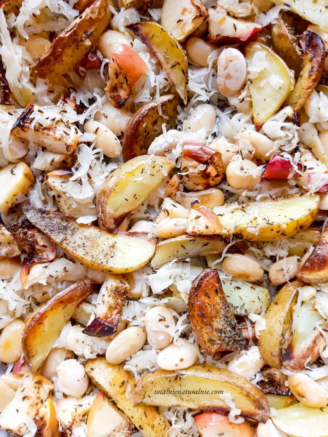 biała fasola pieczona z kapustą kiszoną i ziemniakami