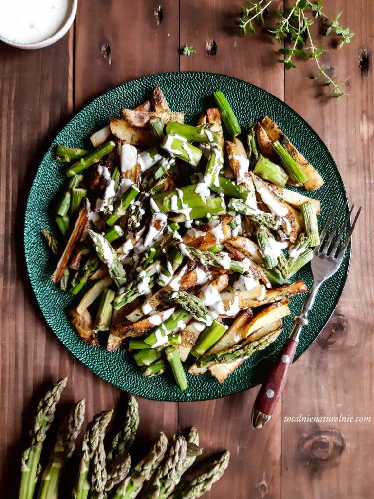pieczone szparagi z ziemniakami i wegańskim majonezem